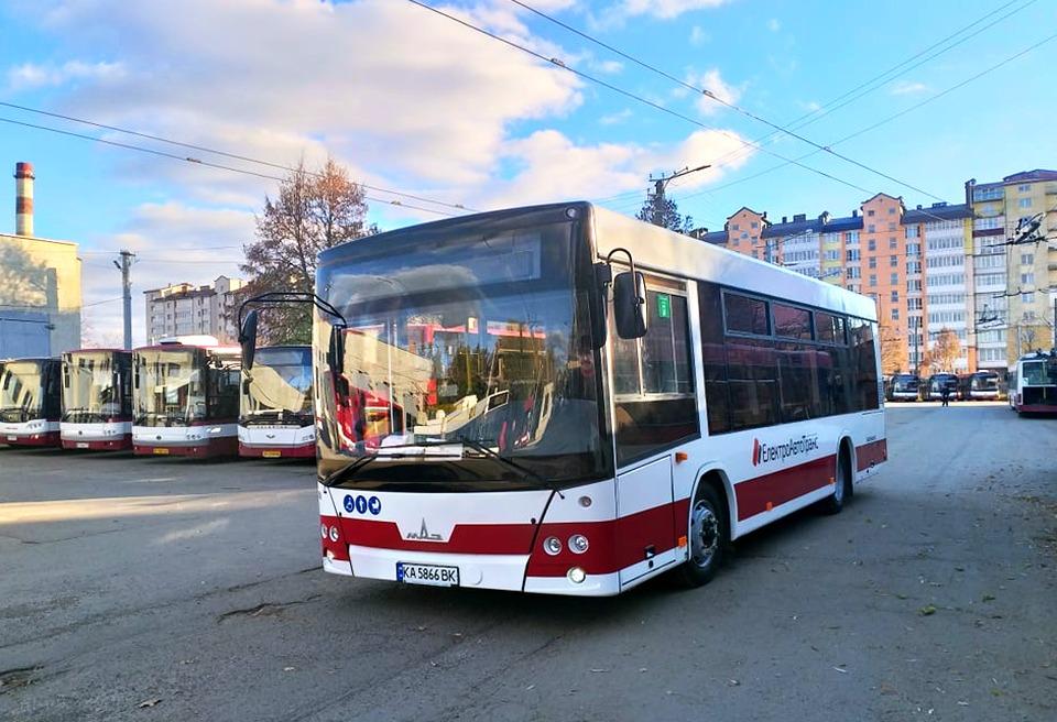 Нові комунальні автобуси готують до виїзду на маршрут (ФОТО)