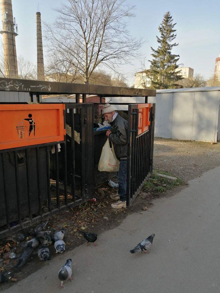 Мешканці багатоповерхівки на Набережній потерпають від неадекватних сусідів (ФОТО)
