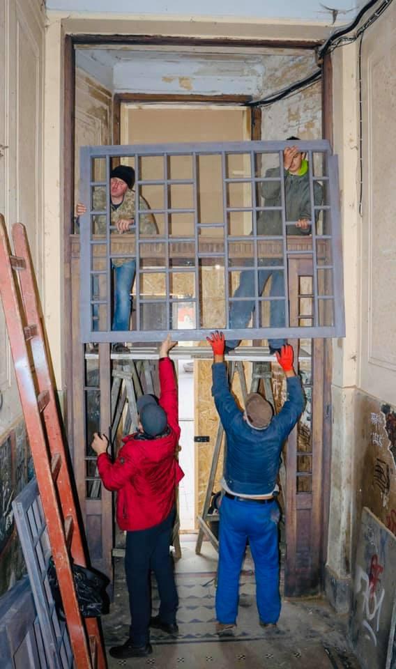 Старовинні двері з Незалежності повернулися з реставрації (ФОТО)