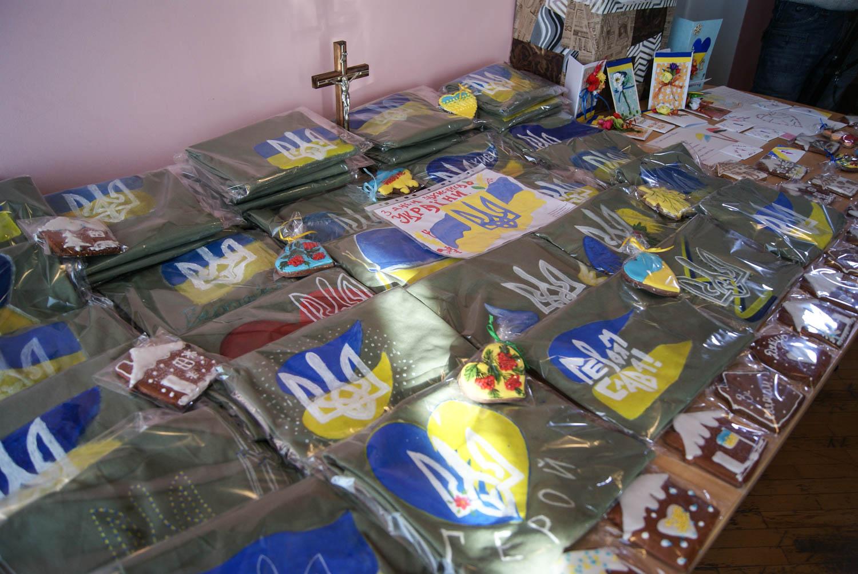 Розписані футболки, пряники та листи: Франківський Карітас вручив подарунки учасникам АТО/ООС