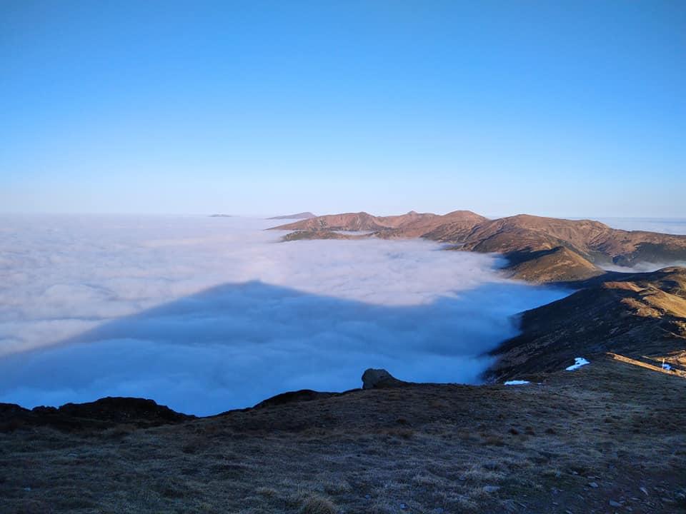Вершину Піп Івана огорнуло туманом (НЕЙМОВІРНІ ФОТО)