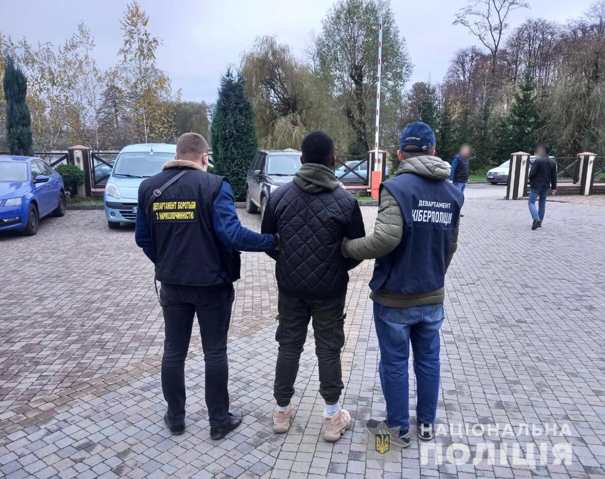 """У Франківську студент-іноземець """"розвів"""" українок на понад 100 тисяч та торгував кокаїном (ФОТО, ВІДЕО)"""