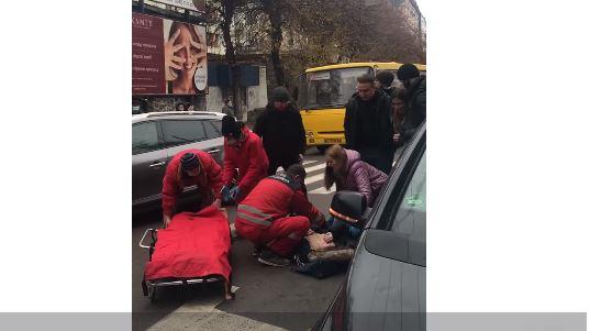 """У центрі міста дівчина на """"зебрі"""" потрапила під авто (ВІДЕО, ОНОВЛЕНО)"""