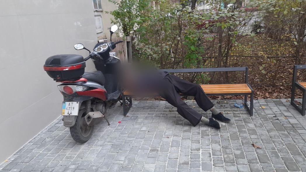 На лавці під під'їздом на Вовчинецькій виявили мертвого чоловіка (ФОТОФАКТ)