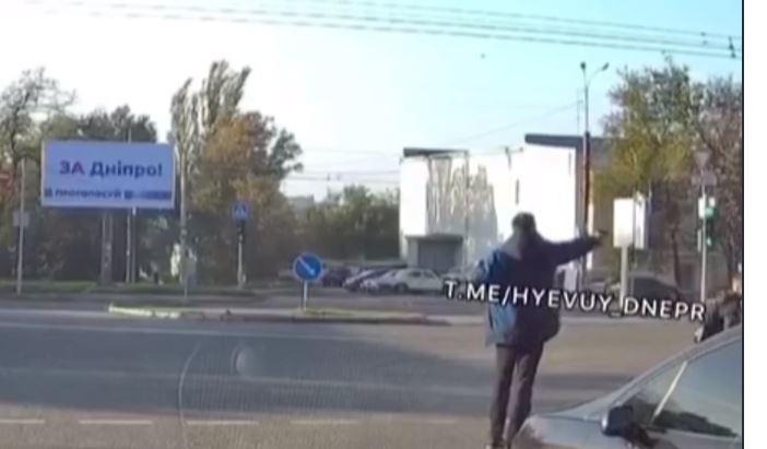 Дніпрянин з пістолета розстріляв автівку, яка не пропустила його на переході (ВІДЕО)
