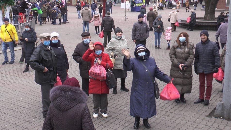 Волонтери вручили продуктові набори самотнім франківцям (ФОТО, ВІДЕО)