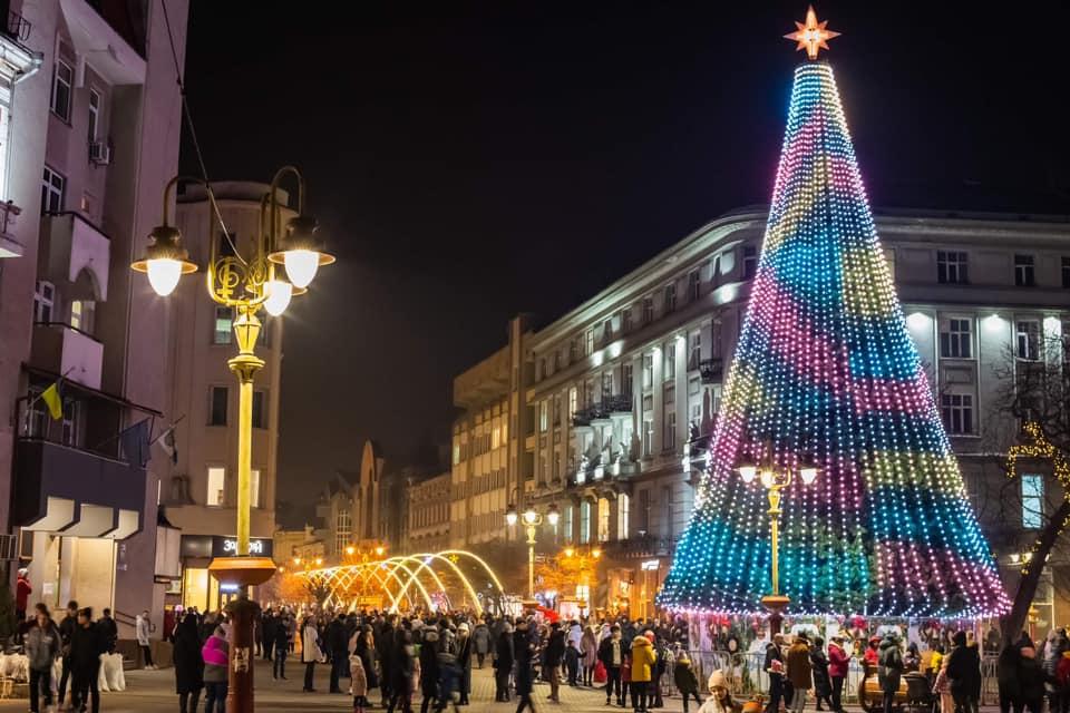 З концертом і сотнями людей: у Франківську Марцінків урочисто засвітив новорічну ялинку (ВІДЕО)