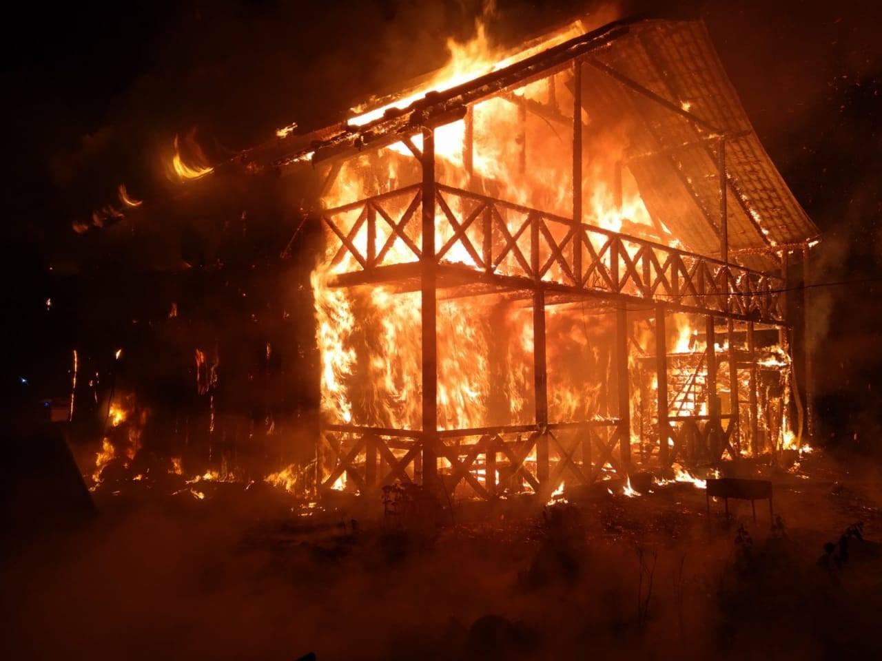 Вночі у Ворохті згорів двоповерховий дерев'яний будинок (ФОТО)