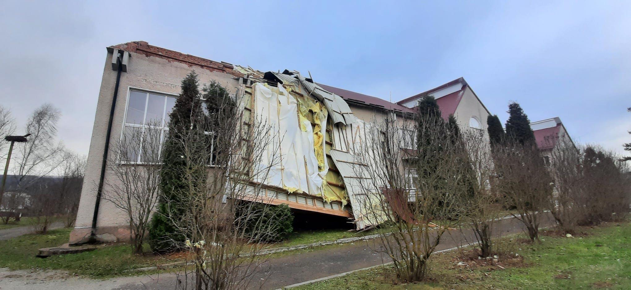 Сільська школа в Галицькій ОТГ через вітер залишилась без даху (ФОТО)