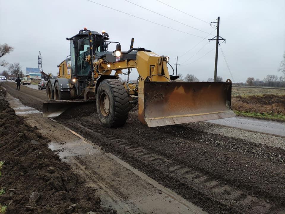 На Прикарпатті триває ремонт дороги, яка з'єднує три області (ВІДЕО)