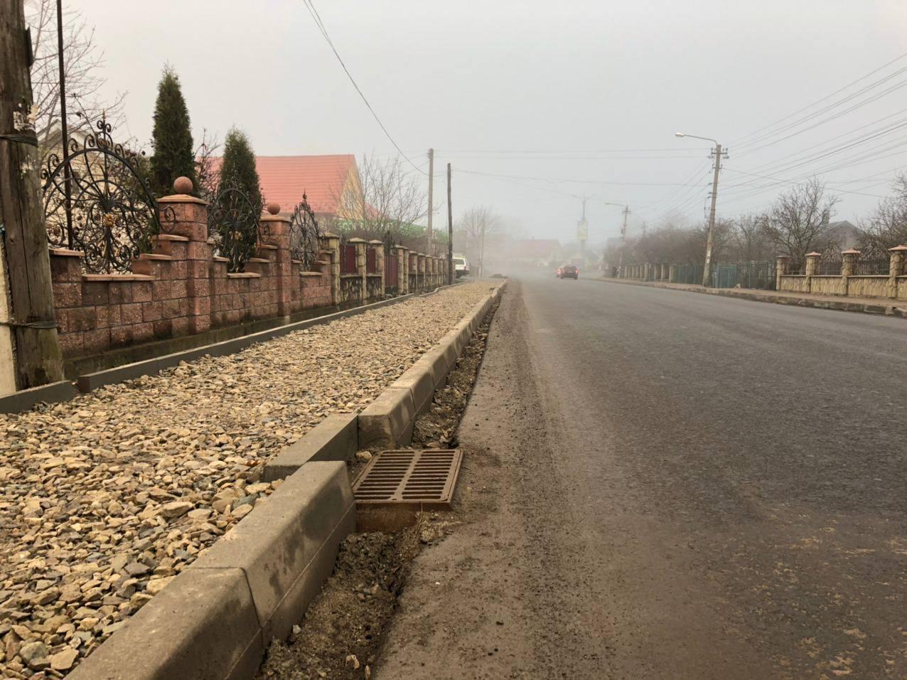 У Надвірній на автодорозіН-09 облаштовують тротуари (ФОТО)