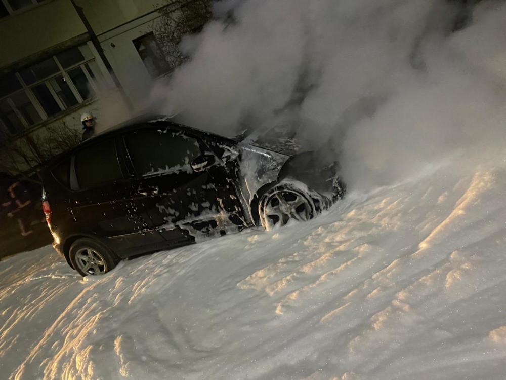 """Вночі у Калуші горів """"Mercedes"""": пожежу гасили сім рятувальників (ФОТОФАКТ)"""