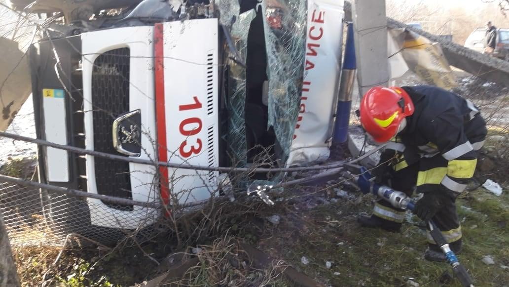 У Верховині після зіткнення з ЗІЛ-130 перевернулося авто швидкої допомоги (ФОТО)