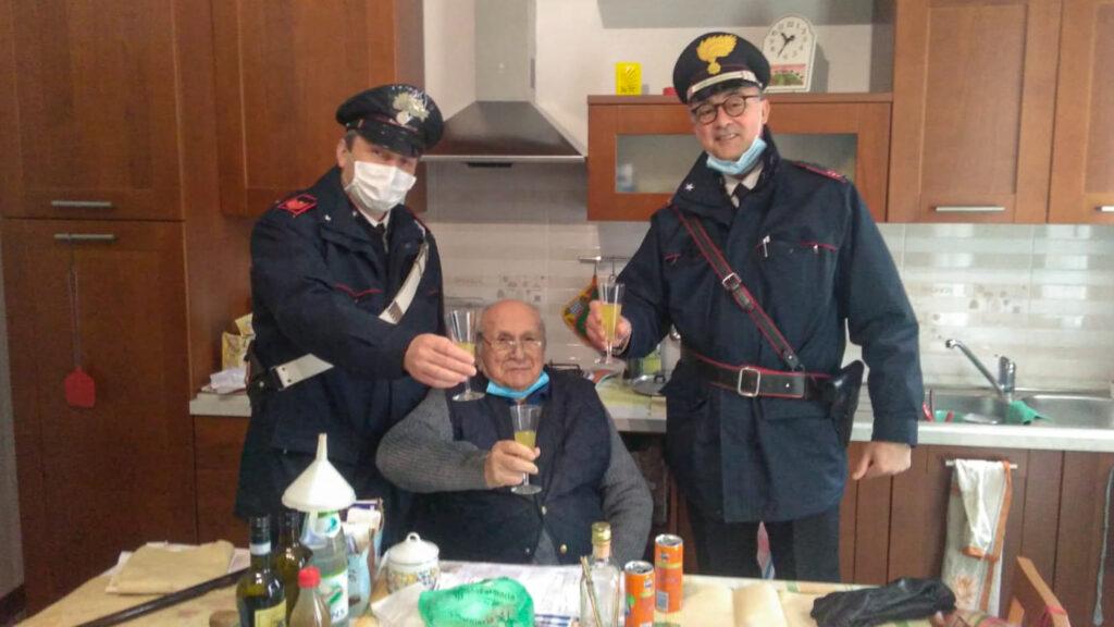 В Італії самотній пенсіонер викликав поліцейських, щоб відсвяткувати Різдво — і вони склали йому компанію