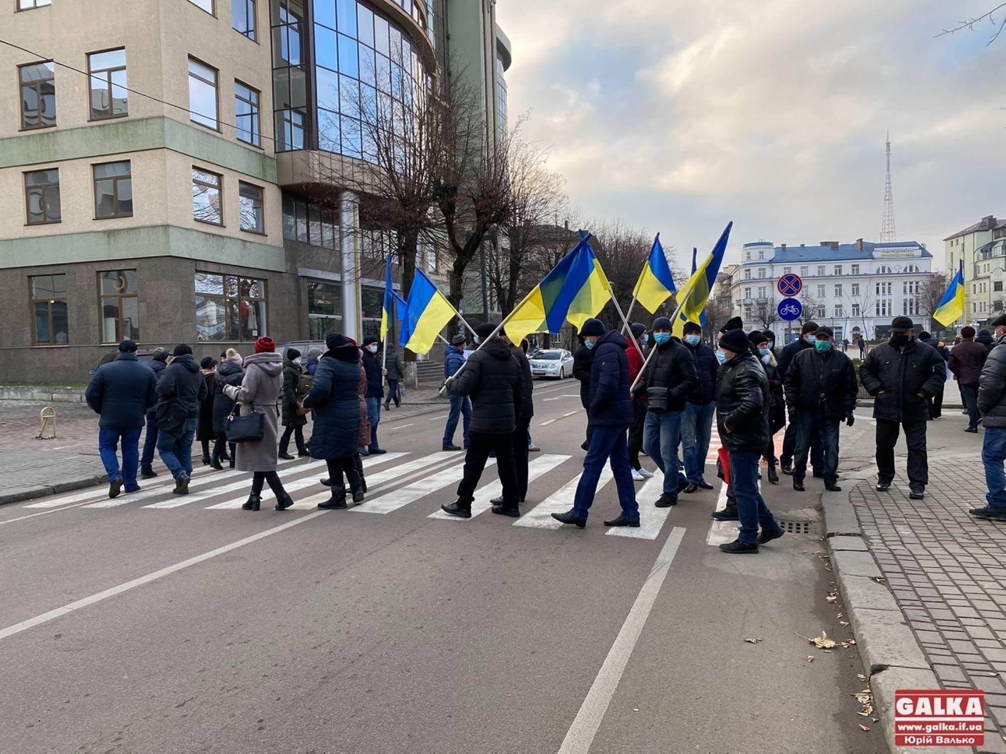 Мешканці Городенківщини приїхали у Франківськ, аби перекрити дорогу у центрі міста (ФОТО)