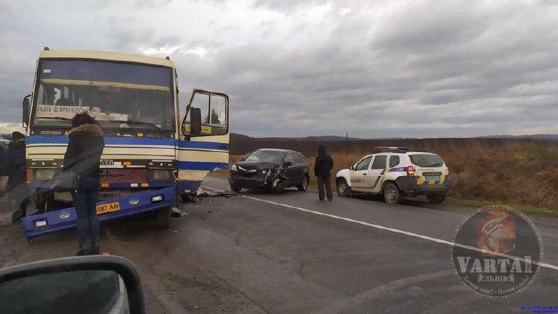 На дорозі Франківськ-Львів сталася ДТП з рейсовим автобусом (ФОТО)