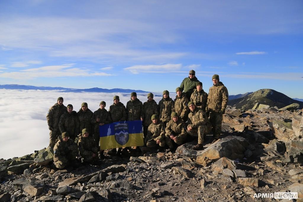 """«Карпатське море»: як молоді """"Едельвейси"""" підкорили свою першу гірську вершину (ФОТО, ВІДЕО)"""