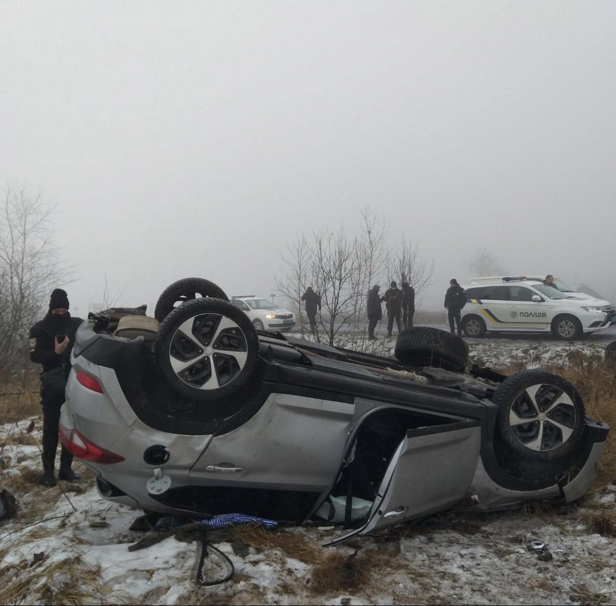 На Коломийщині авто з'їхало з дороги та перекинулося на дах (ФОТО)