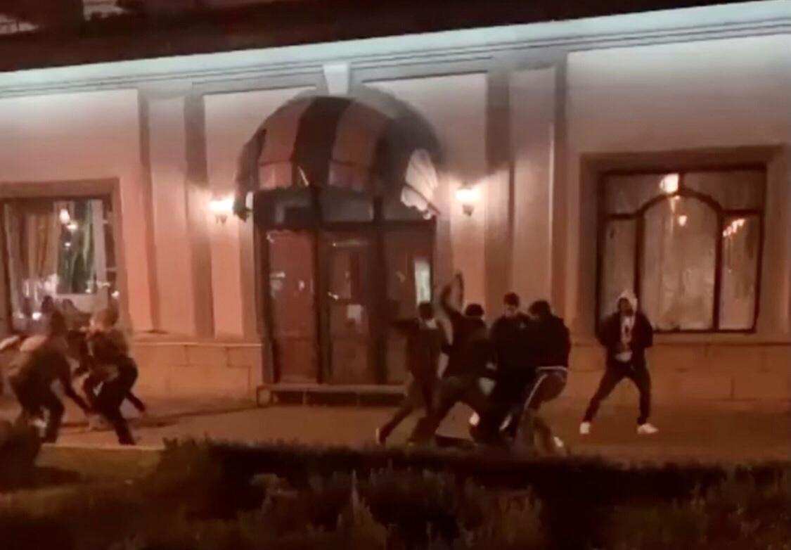 """У Франківську біля """"Пасажу"""" сталася масова бійка між іноземцями (ВІДЕО)"""