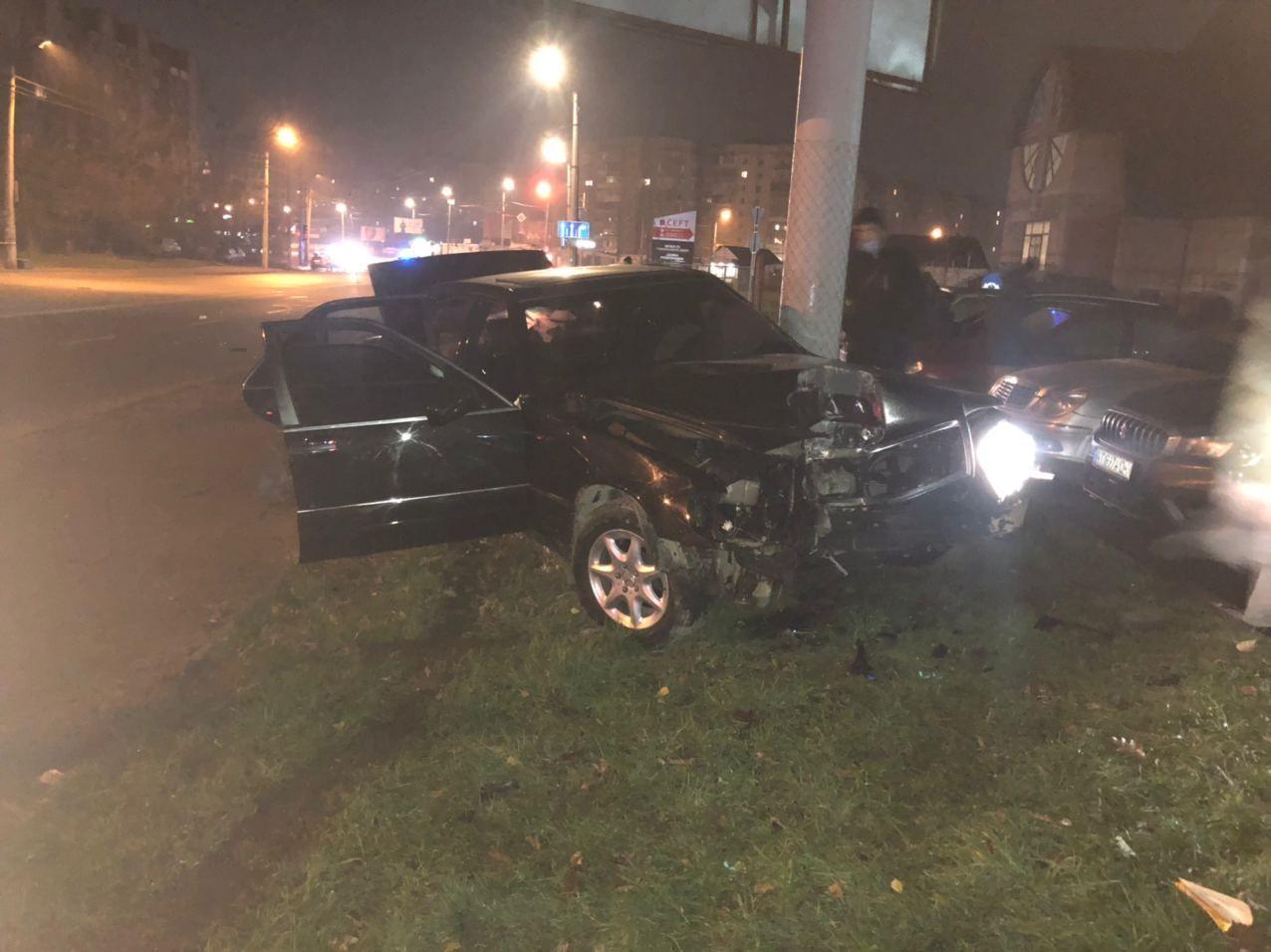Вночі на Івасюка водій Мерседесу зніс електроопору (ФОТО)