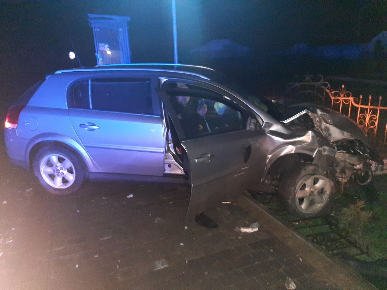 У Одаях ймовірно нетверезий водій протаранив огорожу церкви та електроопору (ВІДЕО)