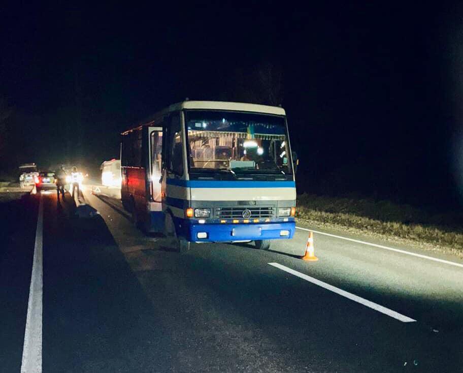 На Коломийщині під колесами рейсового автобуса загинув чоловік (ФОТО)