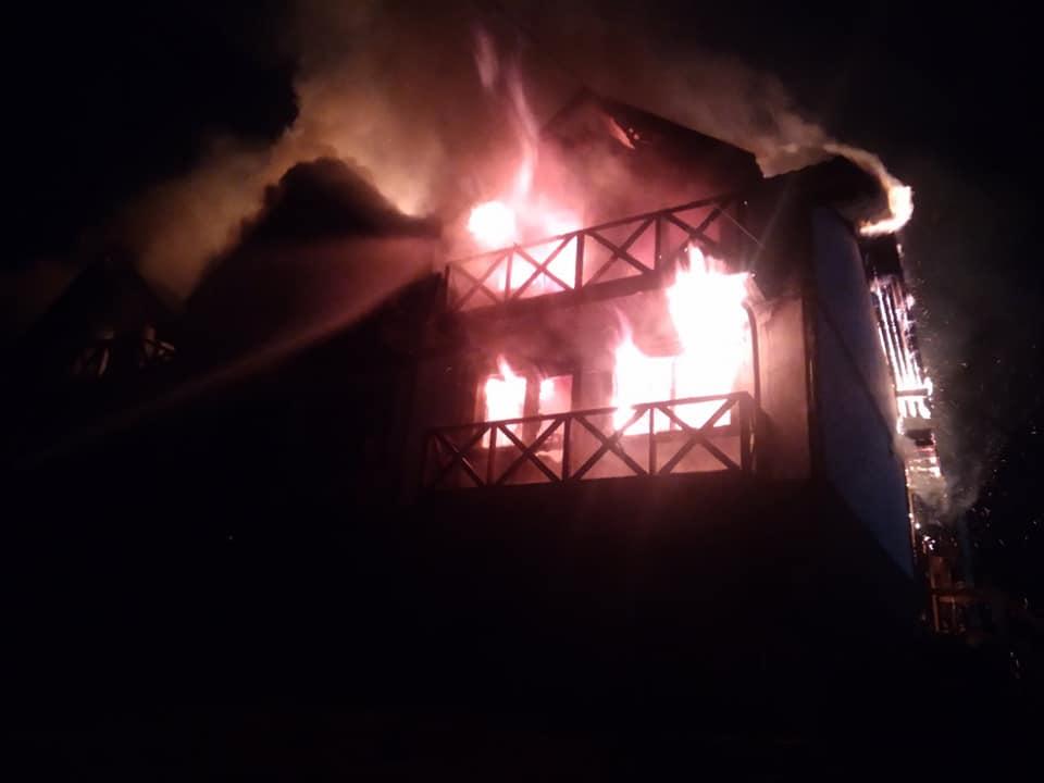 У Буковелі пожежа знищила котедж (ФОТО, ВІДЕО)