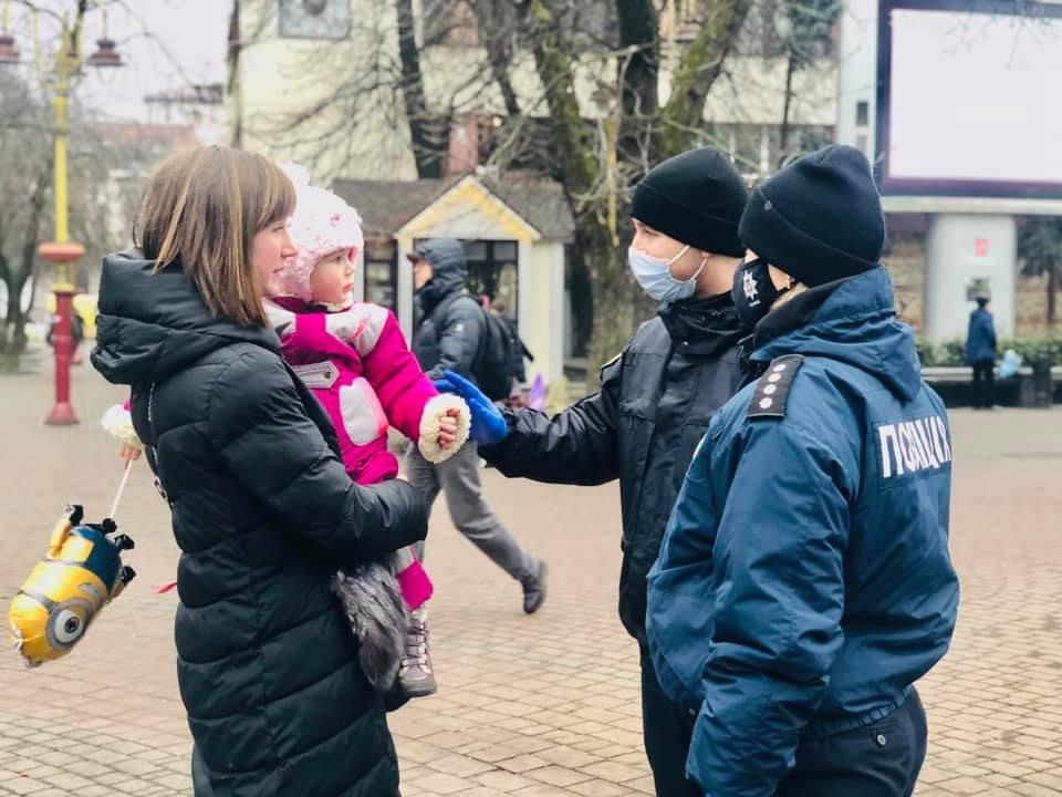 У центрі міста юні франківці знайомилися з поліціянтами (ВІДЕО)