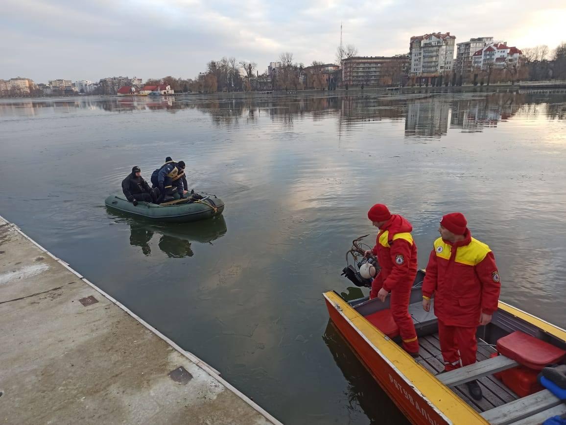 Пошуки продовжать завтра: в міському озері водолази не знайшли тіло зниклого чоловіка