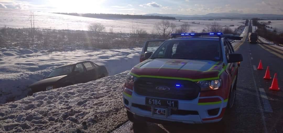 На Долинщині Opel з'їхав у кювет (ФОТОФАКТ)