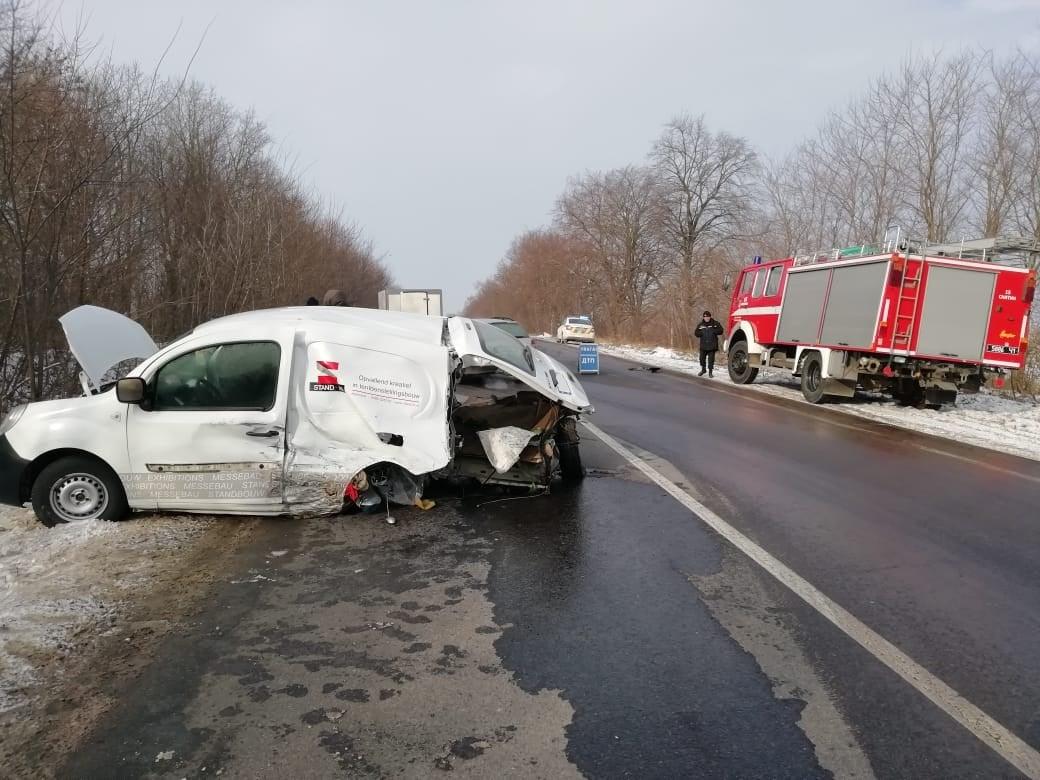 На Снятинщинізіткнулися дві автівки: одній відірвало колесо, в іншої розтрощений бампер (ФОТО)