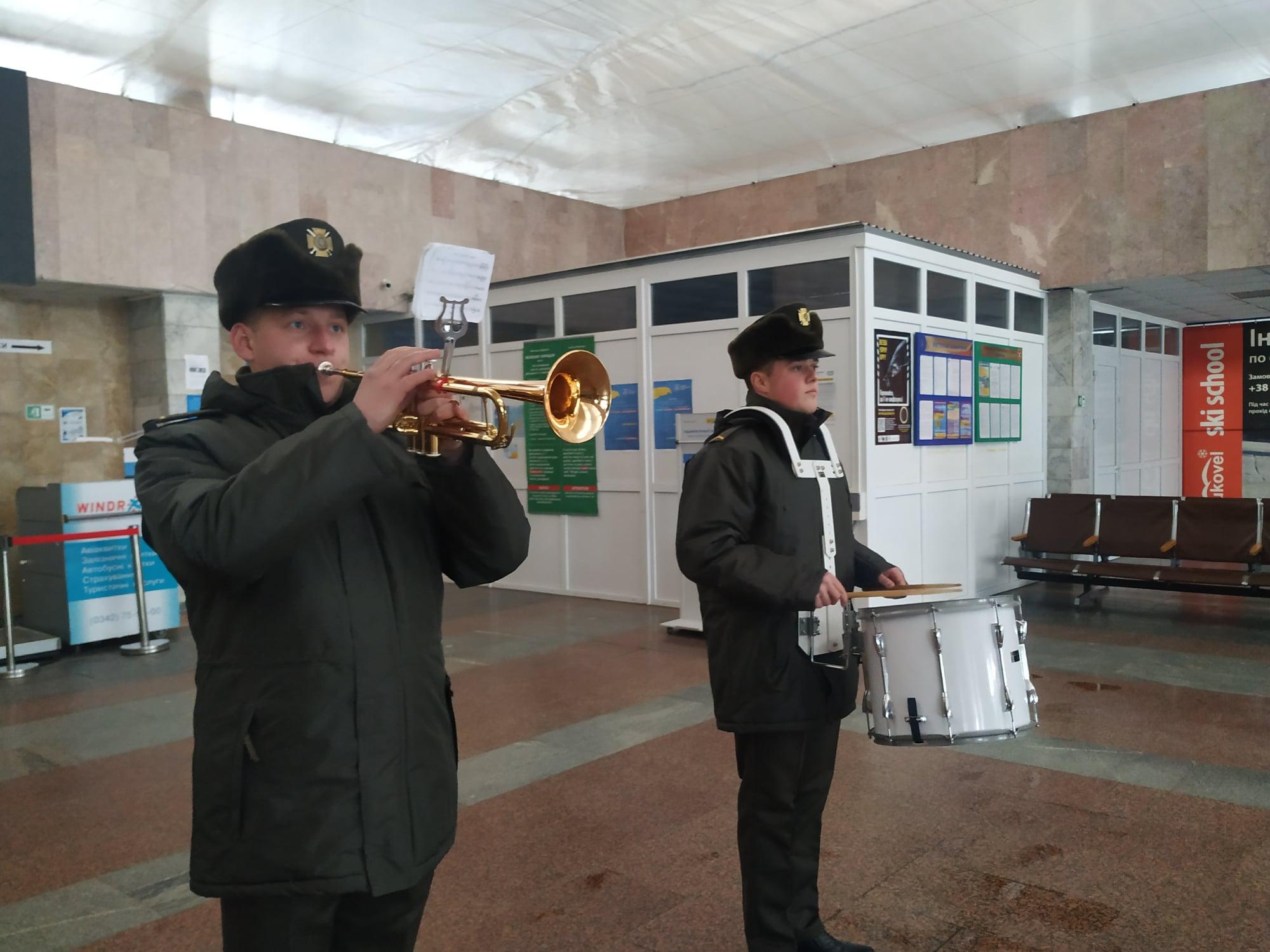 У франківському аеропорті військовий оркестр вшанував захисників Донецького летовища (ФОТО)