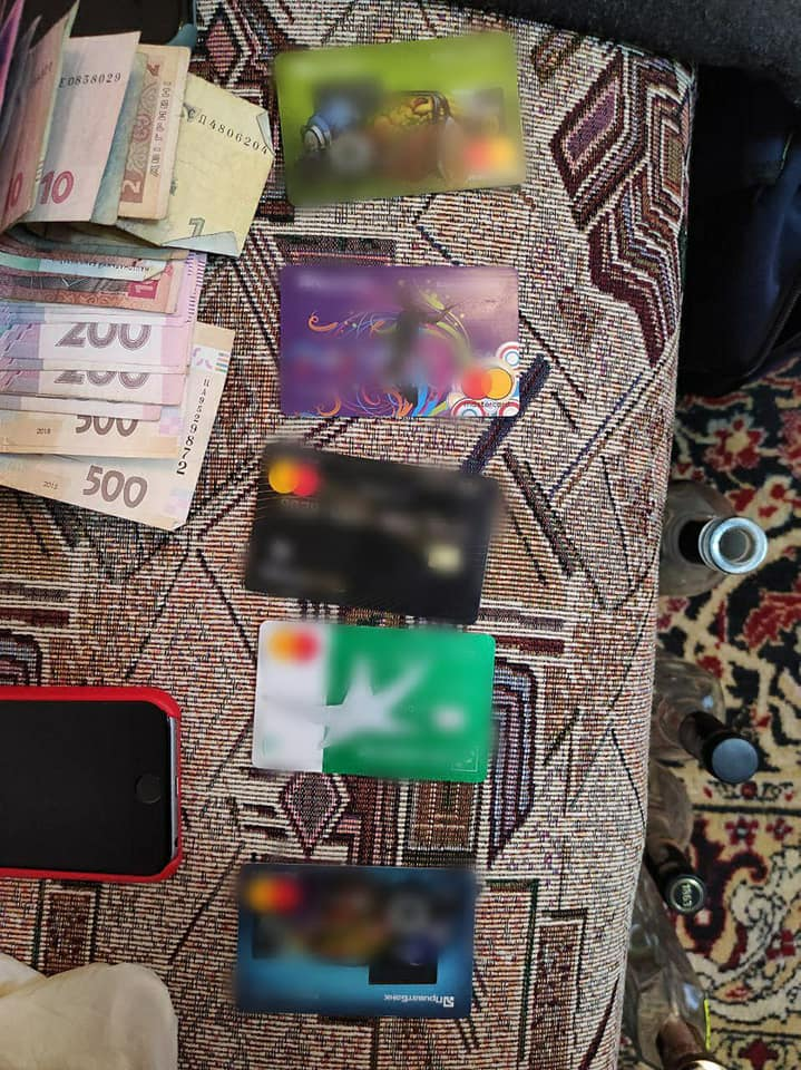 Розбійний напад на Коломийщині: 21-річний зловмисник з пістолетом пограбував відділення пошти (ФОТО, ВІДЕО)