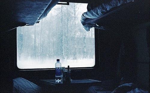 """У потязі """"Ворохта – Київ"""" речі пасажирки примерзли до вікна (ФОТО, ВІДЕО)"""