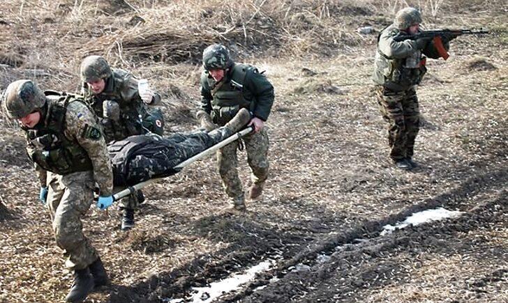 На Донбасі внаслідок обстрілів поранено українського військового