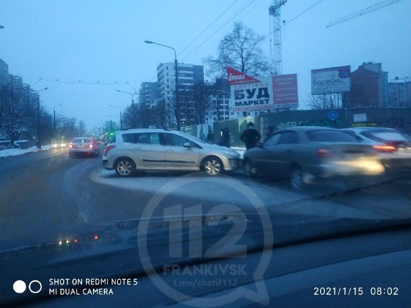 Через ранкову ДТП на Галицькій частково зупинився рух тролейбусів (ФОТО)
