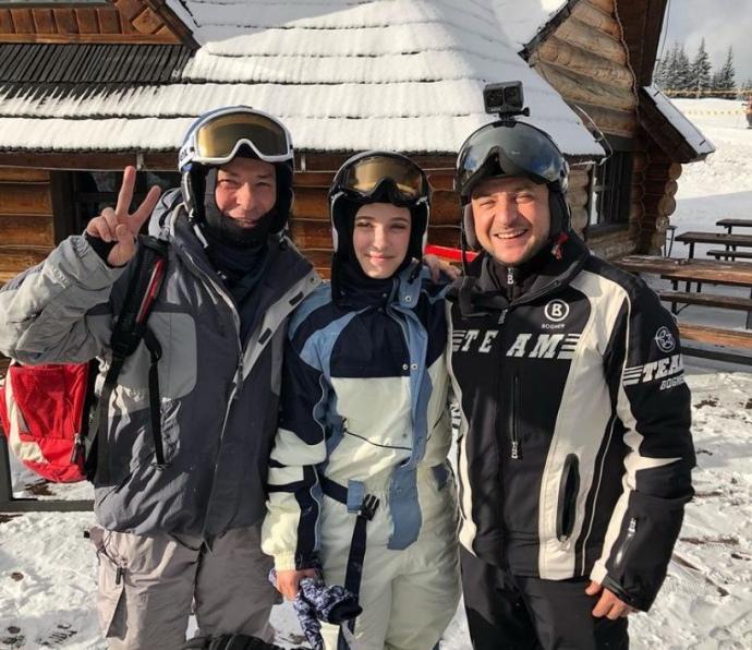 Знимкувався без масок: Зеленський катався на лижах у Буковелі і робив селфі з охочими (ФОТО)