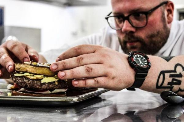 Сендвіч для мільйонера: в Нідерландах приготували найдорожчий гамбургер у світі (ФОТО)