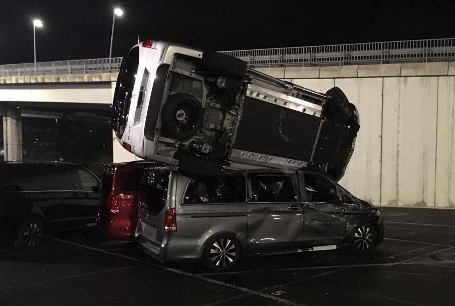 В Іспанії звільнений працівник Mercedes-Benz викрав бульдозер і понищив на заводі 50 нових машин (ФОТО, ВІДЕО)