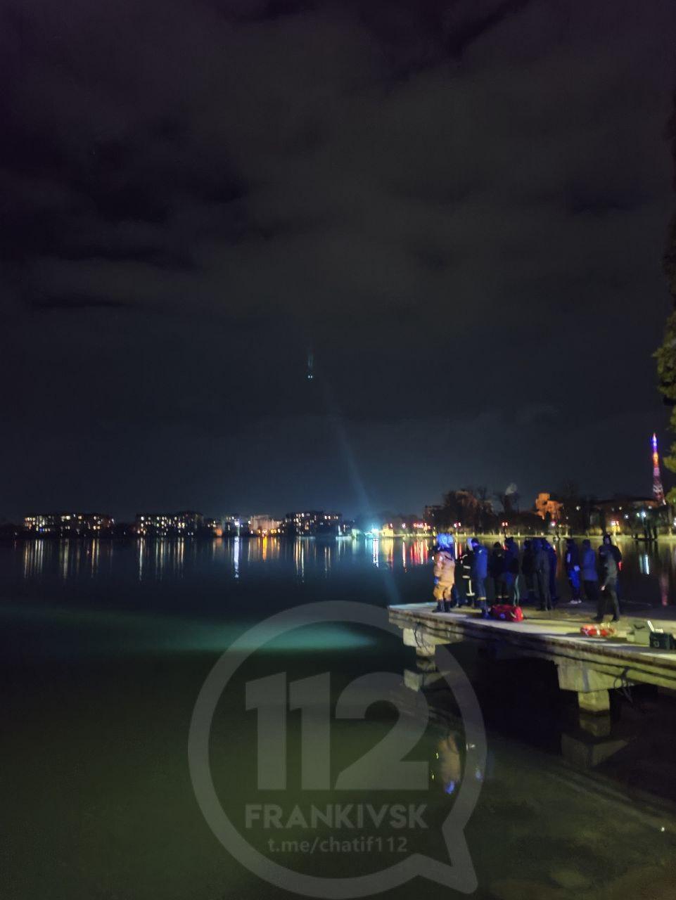 У міському озері шукають чоловіка, який зайшов у воду (ФОТО)