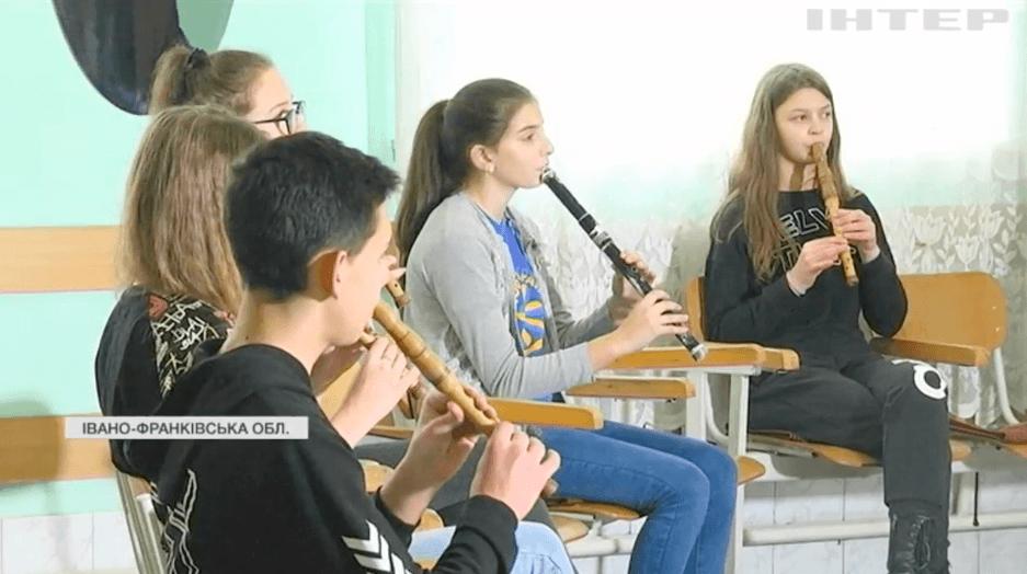 """""""Сопілкове"""" село: на Прикарпатті є унікальне село,де в кожній хаті грають на сопілці(ВІДЕО)"""