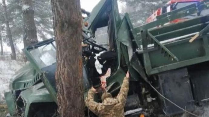 Вантажівка з 30 військовими перекинулась на Львівщині (ФОТО)