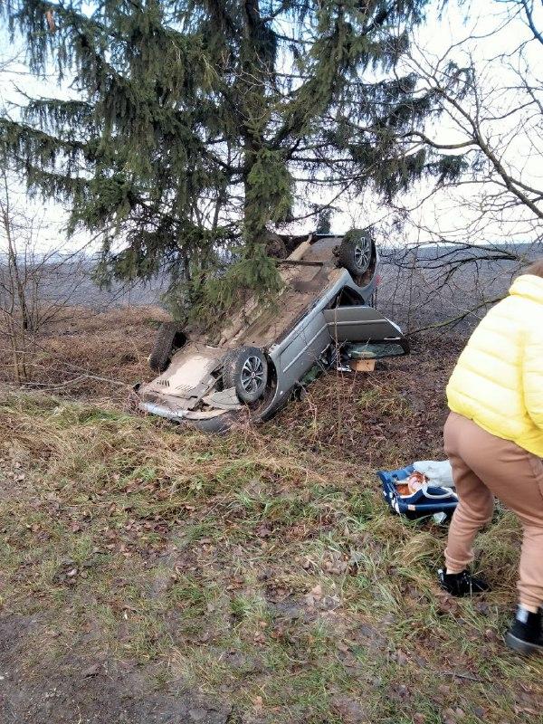 На Городенківщині автомобіль з маленькою дитиною злетів у кювет і перекинувся на дах (ФОТОФАКТ)
