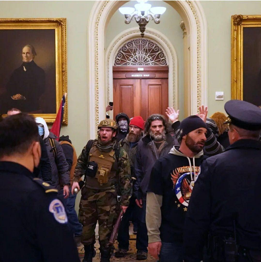 Йдуть сутички: прихильники Трампа увірвалися до будівлі Конгресу США, де затверджували результати виборів (ФОТО, ВІДЕО)