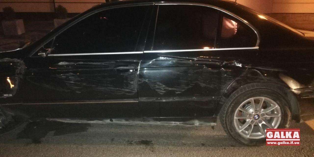 Вночі на Грюнвальдській BMW не розминувся зі стовпцями безпеки (ФОТО)
