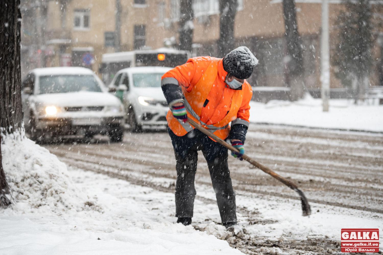 Мер Франківська просить людей взятися за лопати у боротьбі зі снігом