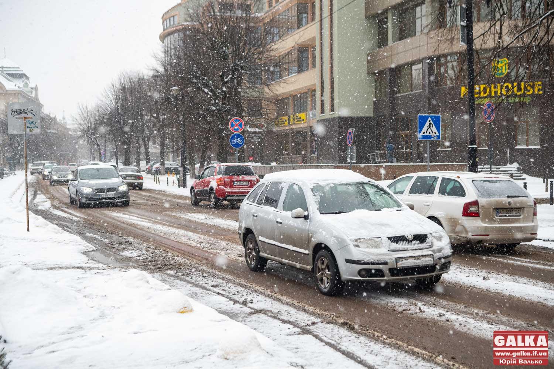 Поліція Прикарпаття закликає водіїв та пішоходів бути обережними через негоду