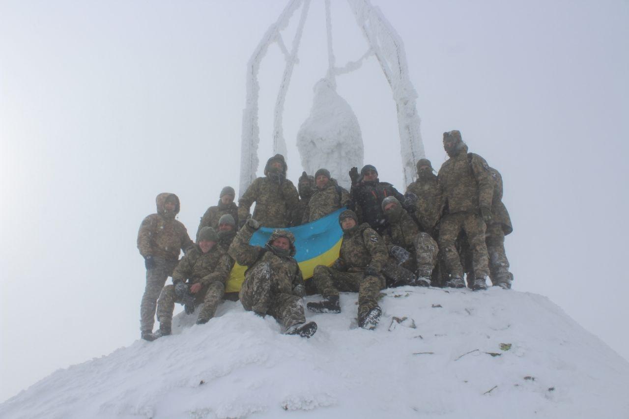 Авіатори піднялися на зимовий Хом'як (ФОТО)