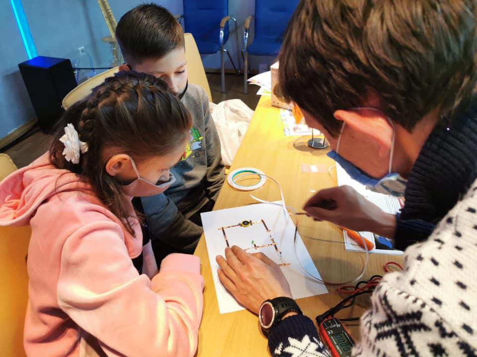 Прикарпатські енергетики разом з дітьми майстрували роботів (ФОТО)