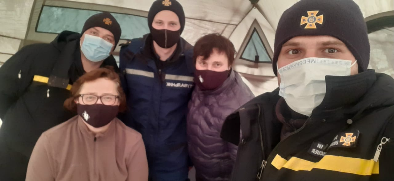 Прикарпатські рятувальники відігріли двох туристок в горах (ФОТО)